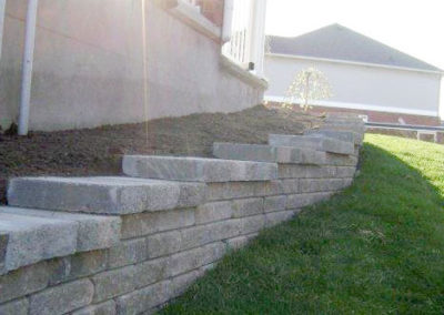 Interlocking stone and brick retaining wall